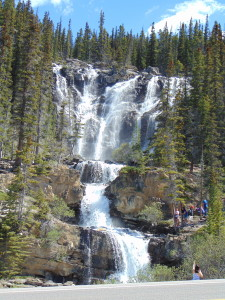 Cachoeira na beira da Icefields Parkway