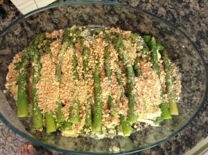 Coloque os aspargos cozidos e cubra com as castanhas