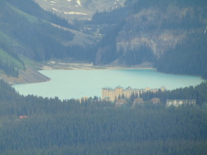Vista de longe de Lake Louise