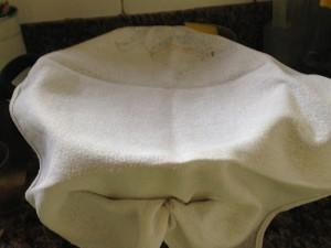 Panela preparada com o pano de prato para receber o queijo